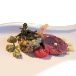 Cotechino Modena IGP freddo con insalata d'orzo, salsa verde, maionese allo zenzero e chips di patata viola