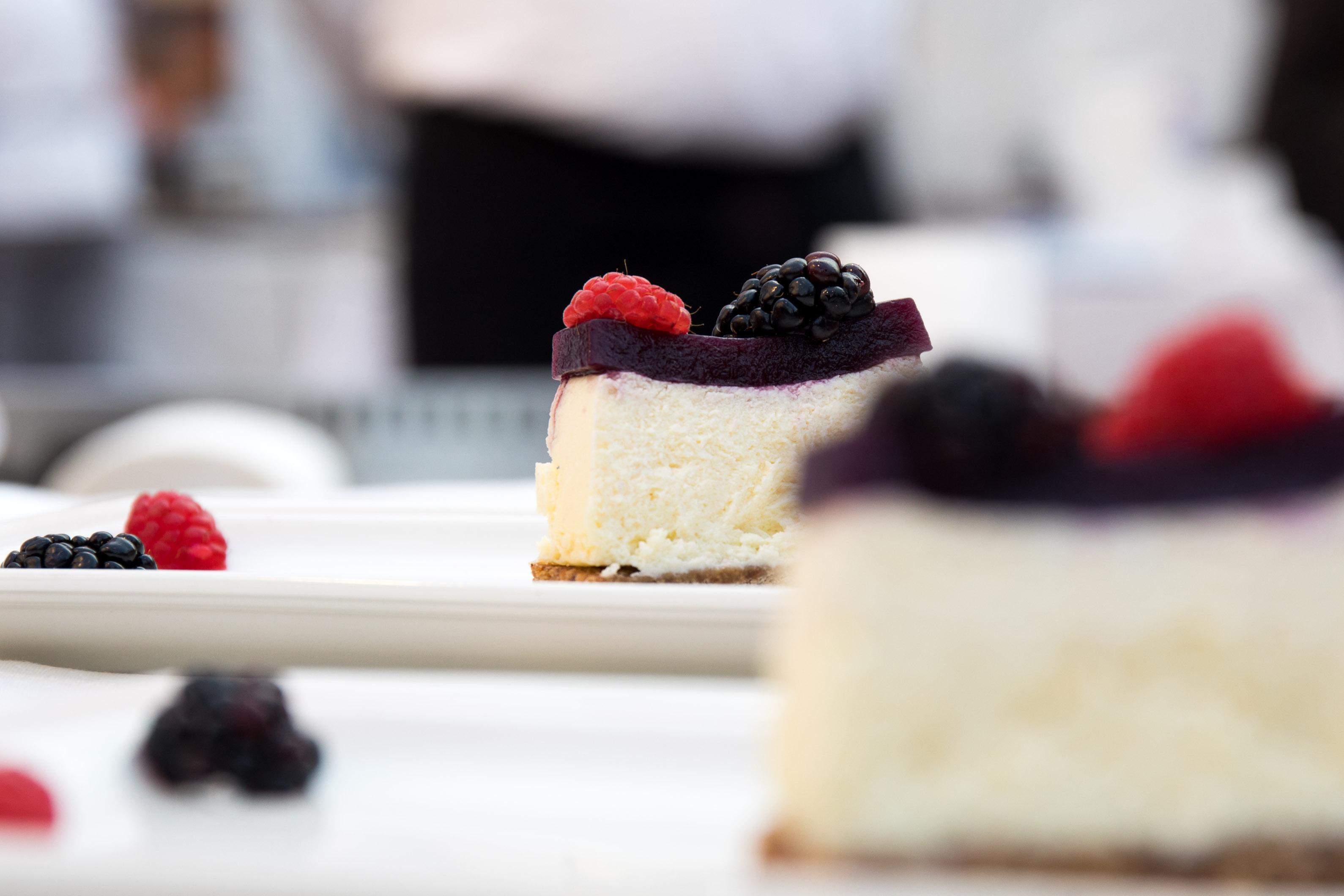 Cheesecake allo Zampone Modena IGP con composta di cipolla rossa