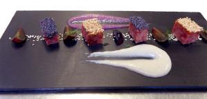 Cotechino-bianco-e-nero-con-crema-di-fagioli-cannellini-e-salsa-al-lambrusco-con-chicchi-di-uva-rossa-2
