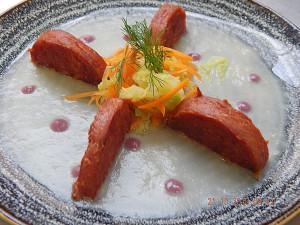 Medaglioni-di-Cotechino-di-Modena-Igp-croccanti-su-vellutata-di-finocchio,-con-verdure-saltate-e--crema-di-rapa-rossa.-2
