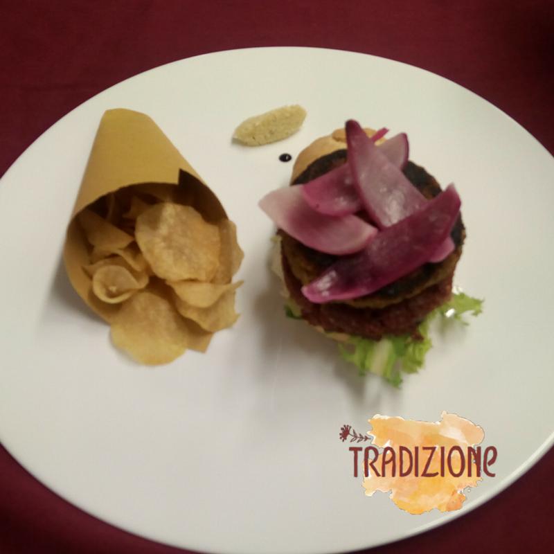 Hamburger di Cotechino Modena IGP con chips croccanti e cren