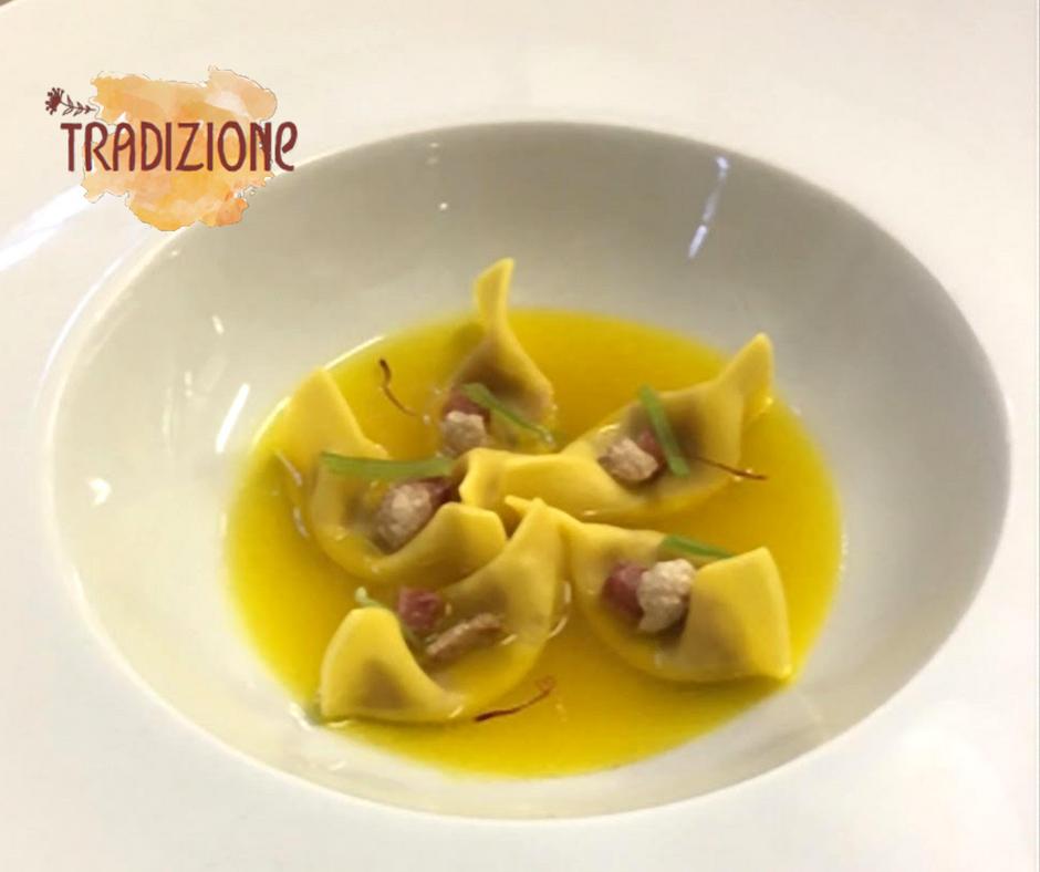 I Casoncelli ripieni di Zampone Modena IGP, blu del Chianti con consommé di zafferano di San Gimignano DOP, sedano candito e pop corn di zampone, ricetta